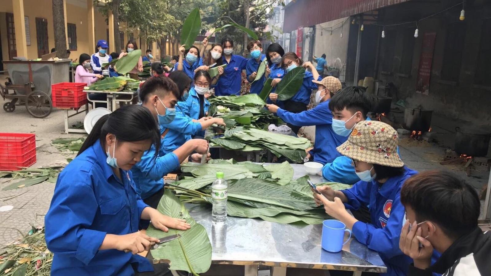 Trao tặng gần 8.000 chiếc bánh chưng và nhiều nhu yếu phẩm cho người dân đang cách ly