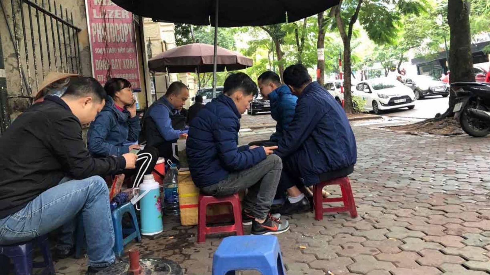 Chủ tịch Hà Nội yêu cầu giải tỏa ngay quán nước lấn chiếm vỉa hè, tụ tập đông người
