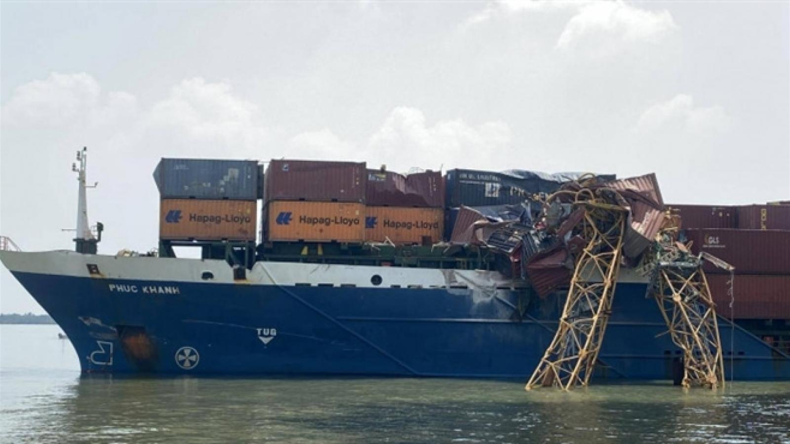 Tàu container đâm gãy cẩu thi công trụ tháp cầu Phước Khánh