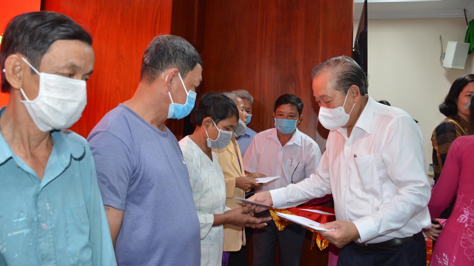 PTT Trương Hòa Bình chúc tết, tặng quà cho hộ nghèo, trẻ em khuyết tật tỉnh Sóc Trăng