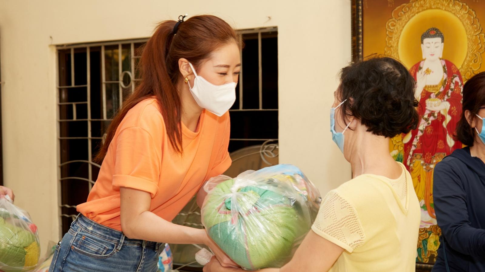 Hoa hậu Khánh Vân trao quà cho người dân có hoàn cảnh khó khăn dịp Tết Tân Sửu