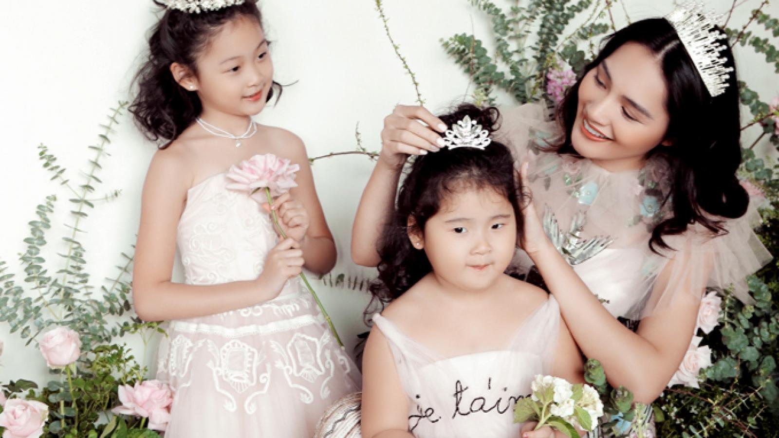 Hương Giang khoe nhan sắc rạng rỡ bên cạnh hai công chúa nhỏ