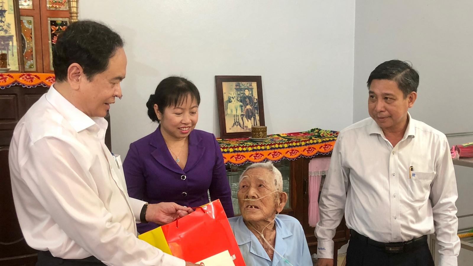 Ông Trần Thanh Mẫn thăm, tặng quà cho các gia đìnhchính sách tại tỉnh Hậu Giang