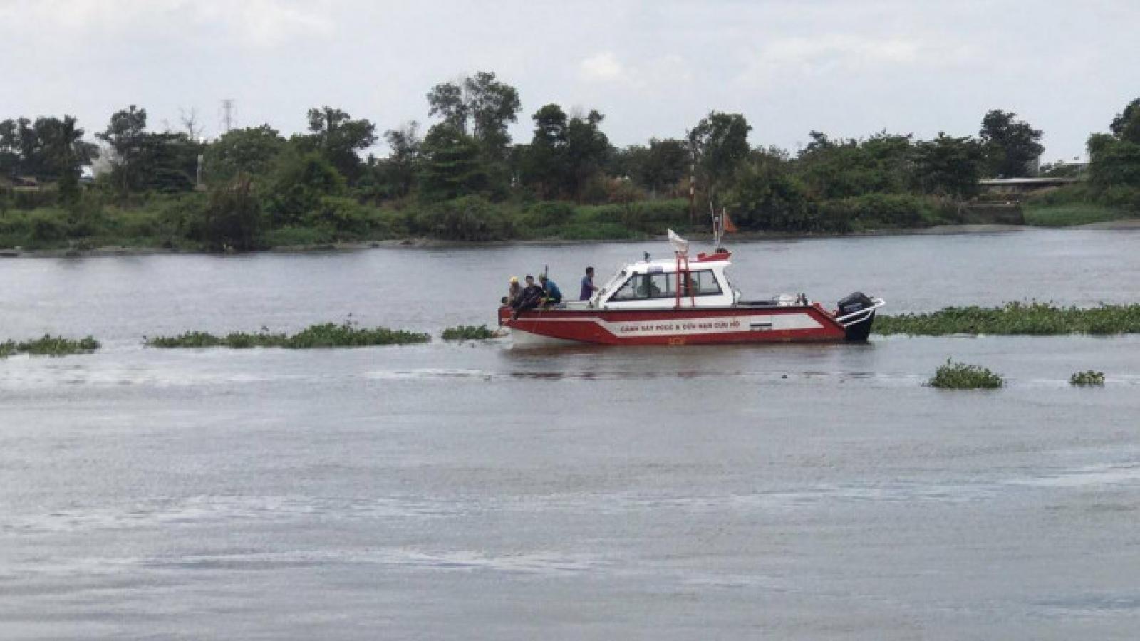Người đàn ông để lại xe máy trên cầu, nhảy sông Sài Gòn tự tử