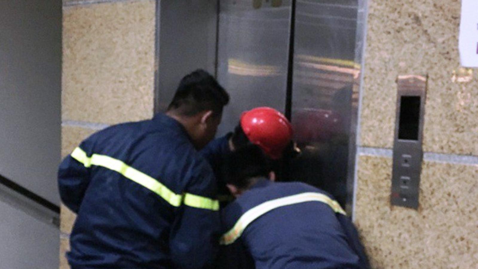 Cứu 1 phụ nữ và 2 trẻ em mắc kẹt trong thang máy