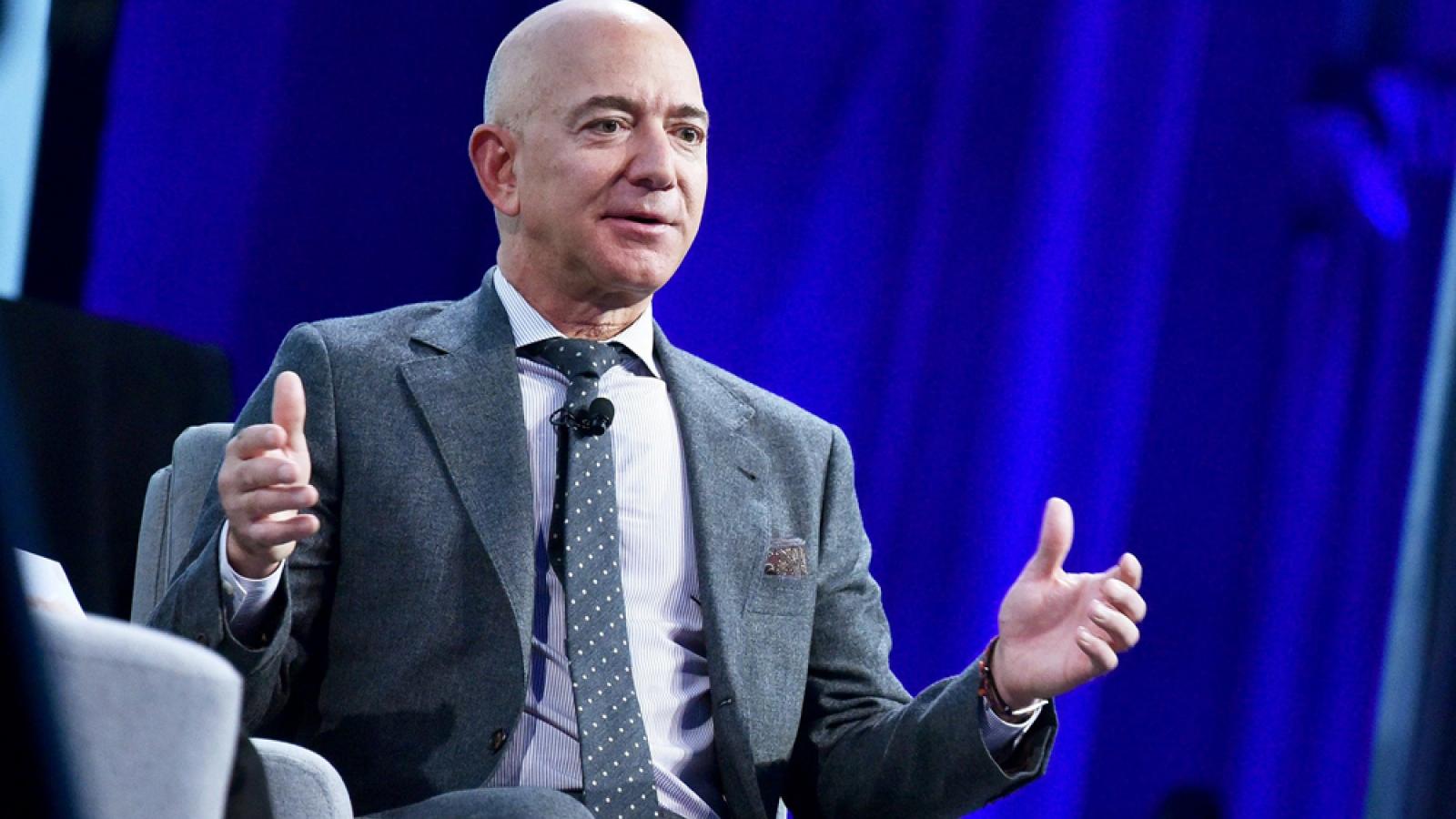Tỷ phú Jeff Bezos bất ngờ rút khỏi vị trí CEO Amazon