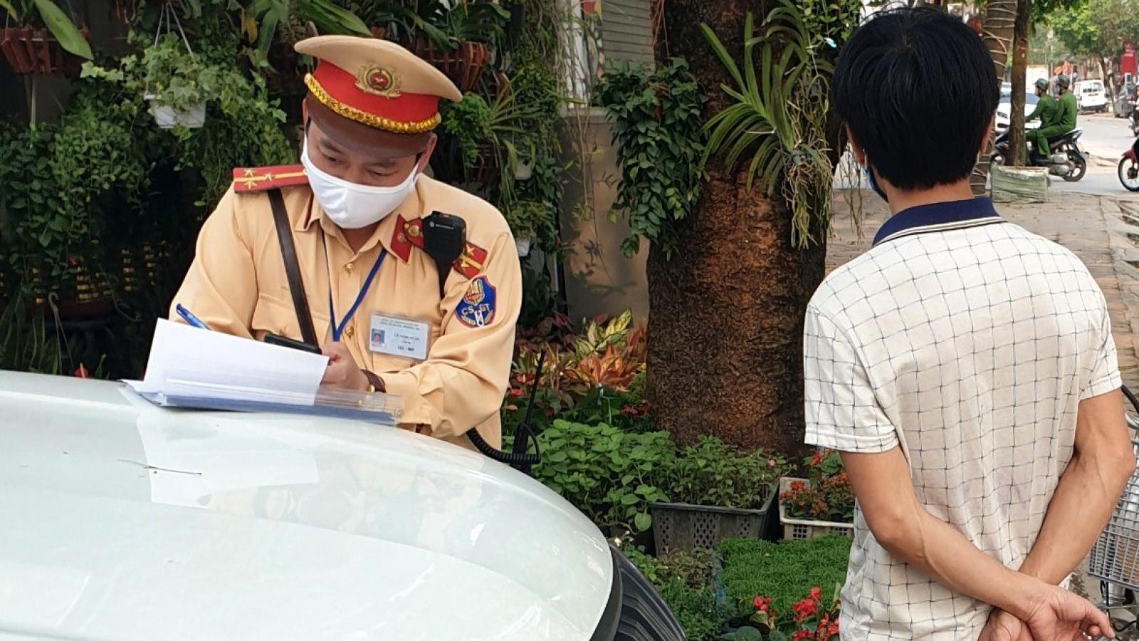 Phạt hành chính 2 thanh niên không đeo khẩu trang nơi công cộng