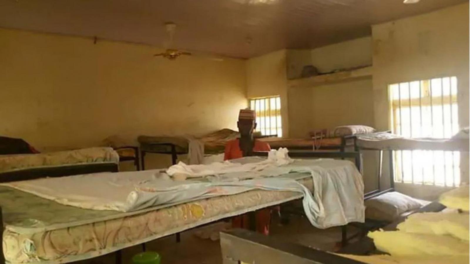 Nigieria ra lệnh đóng cửa trường nội trú sau vụ 317 nữ sinh bị bắt cóc