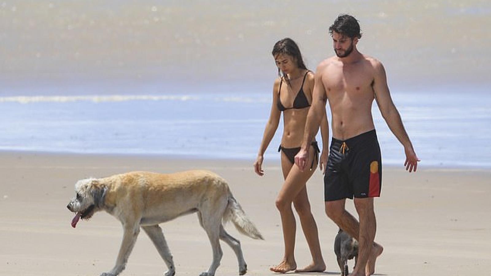 Liam Hemsworth ngọt ngào ôm bạn gái trên bãi biển