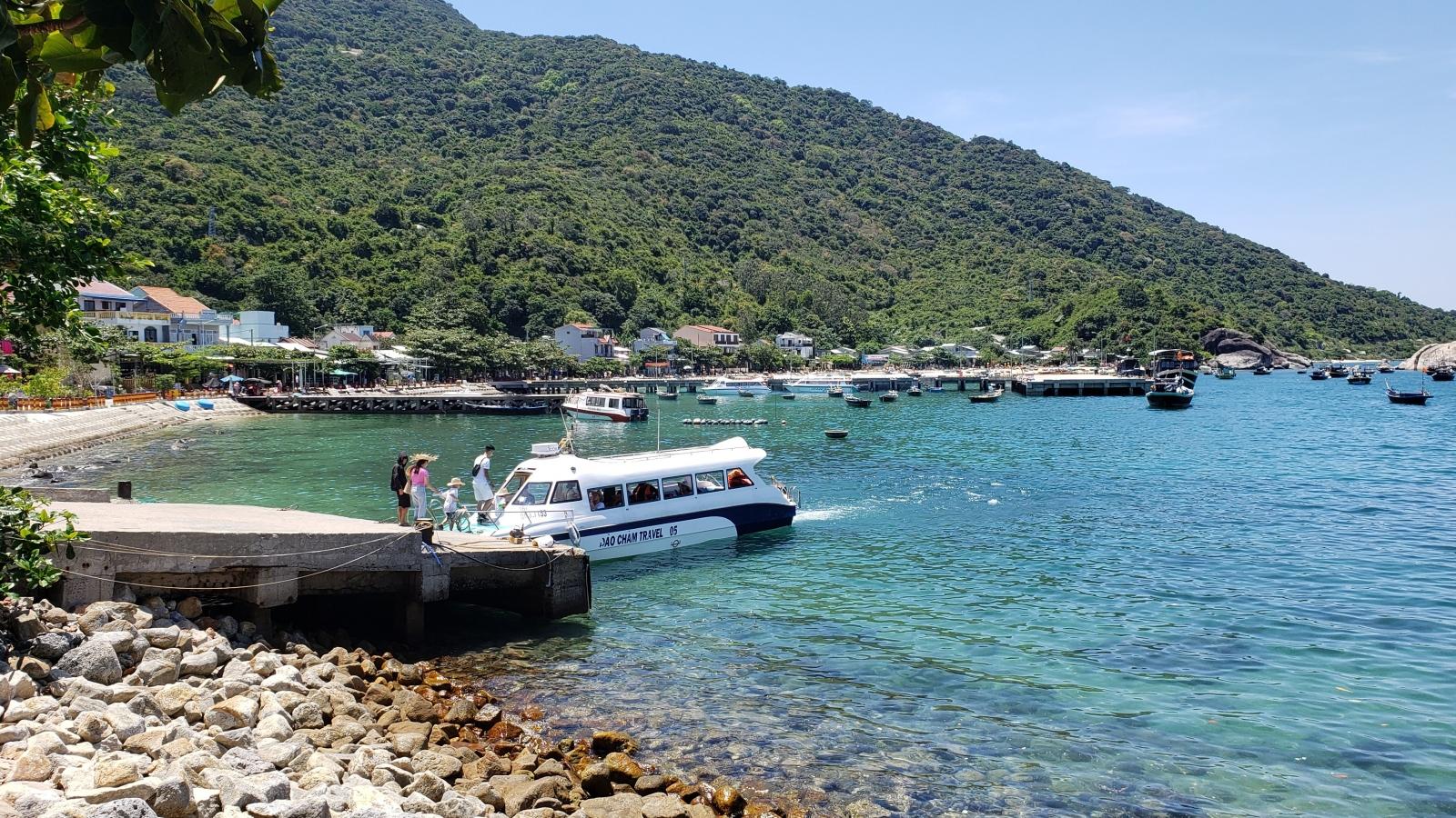 Quảng Nam lai dắt tàu cá gặp nạn trên biển vào bờ