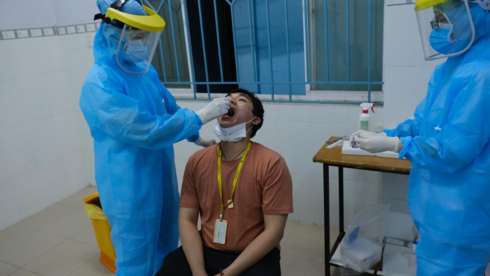 Kiểm soát chuỗi lây nhiễm liên quan đến sân bay Tân Sơn Nhất bằng xét nghiệm thần tốc