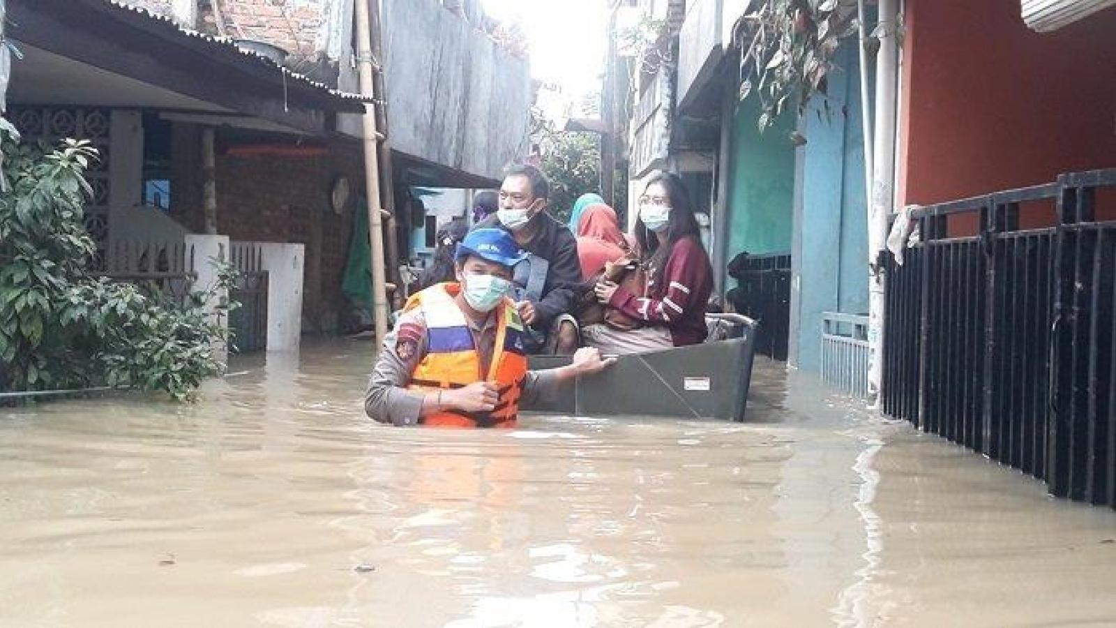 Lũ lụt gây mất điện, sơ tán ở thủ đô Jakarta của Indonesia