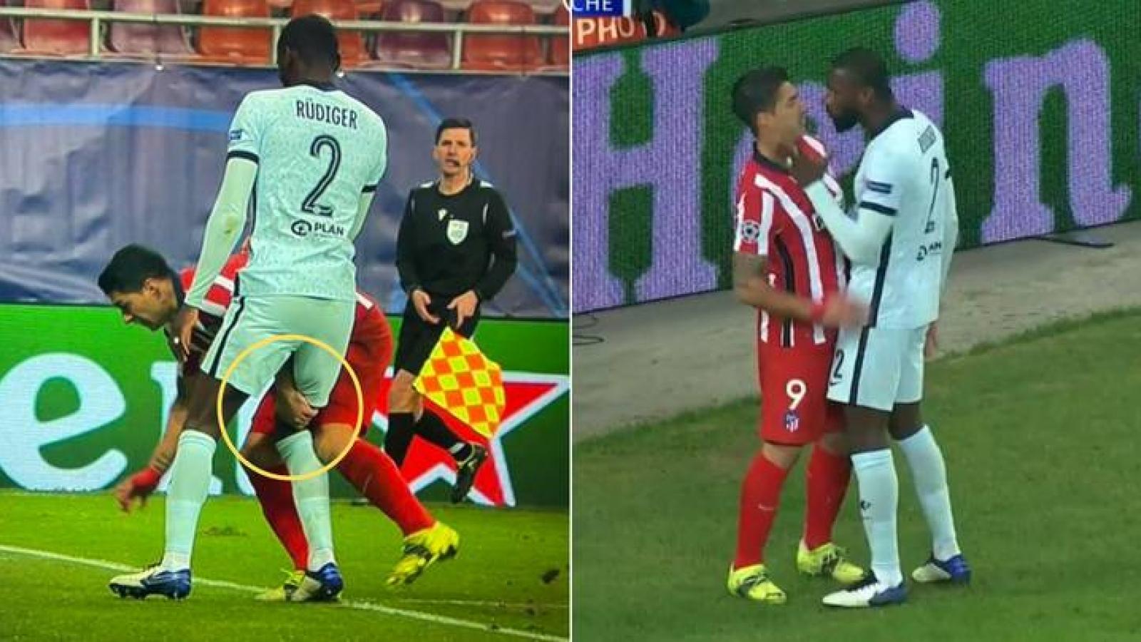 """Luis Suarez """"ngựa quen đường cũ"""" giở tiểu xảo, cấu đùi hậu vệ Chelsea"""