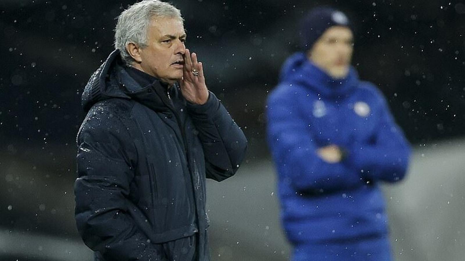 """""""Chạm đáy"""" sự nghiệp cầm quân, HLV Mourinho chỉ trích trọng tài"""