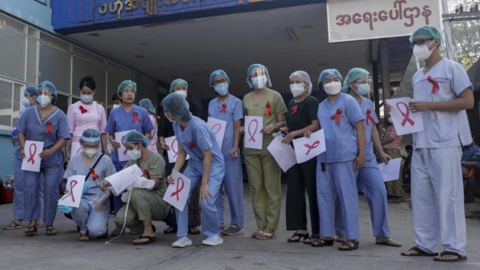 Nhân viên khắp Myanmar nghỉ việc, phản đối đảo chính quân sự