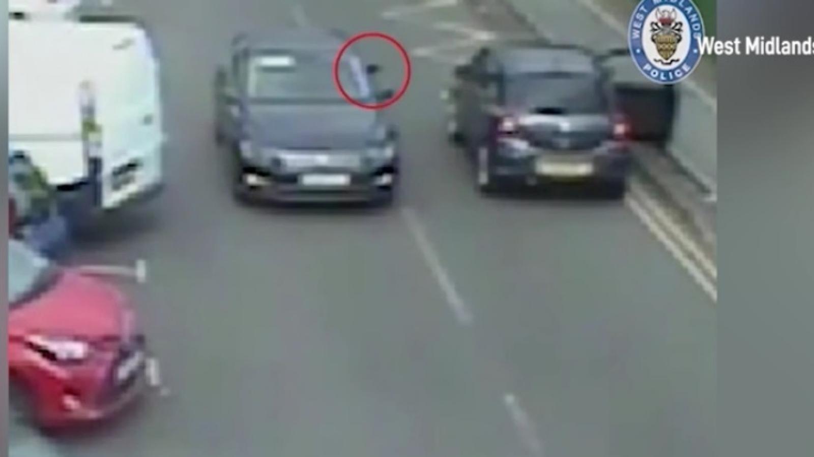 Kinh hoàng cảnh ám sát bằng súng ngay trên đường phố ở Anh
