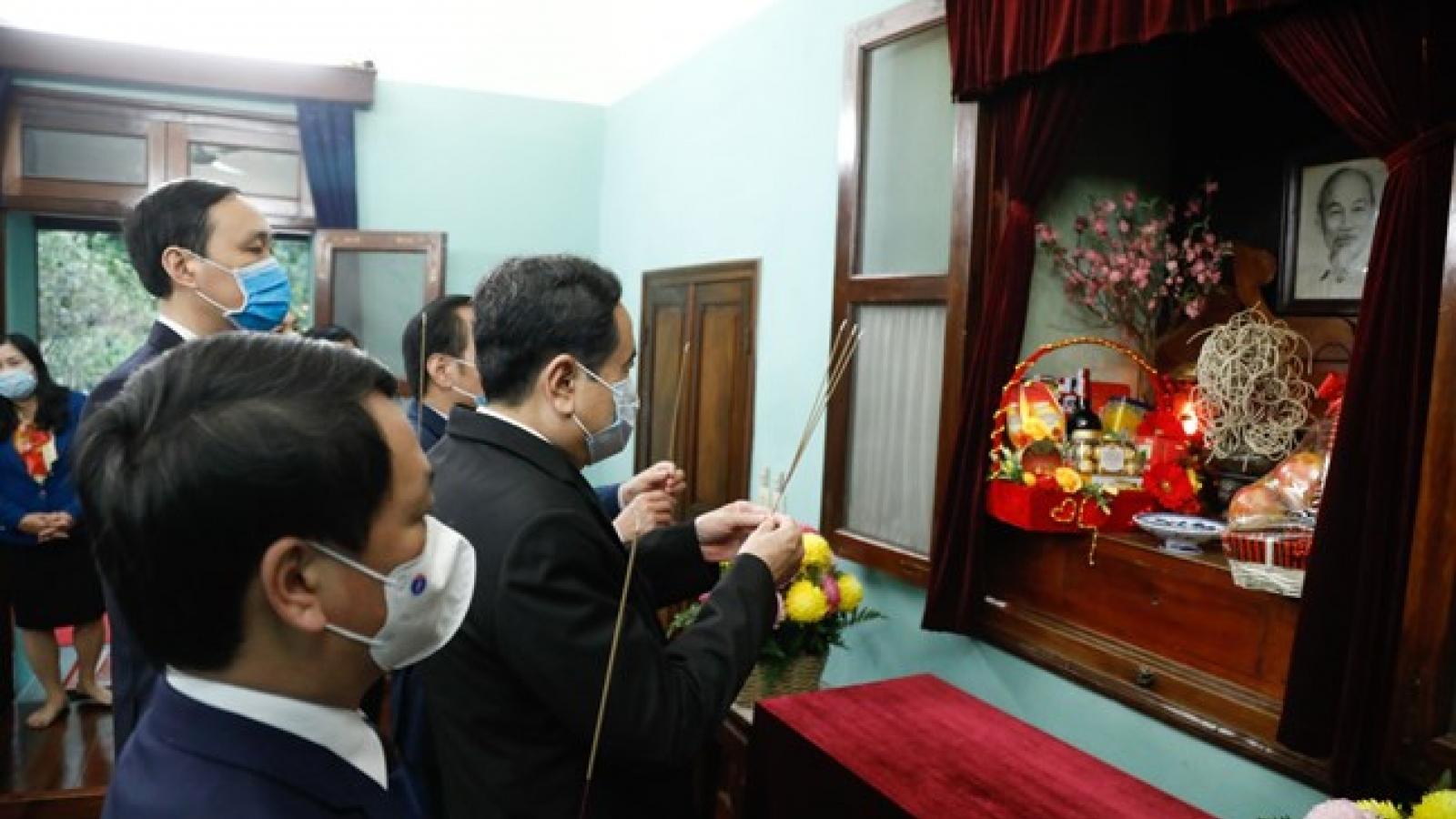 Ông Trần Thanh Mẫn dâng hương tưởng nhớ Chủ tịch Hồ Chí Minh tại Nhà 67