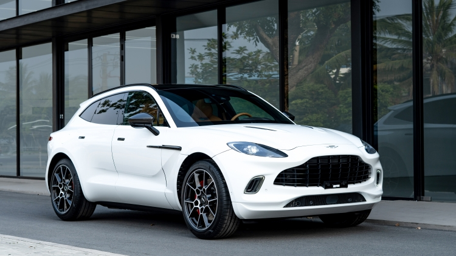 Cận cảnh siêu SUV Aston Martin DBX giá gần 17 tỷ đầu tiên tại Việt Nam