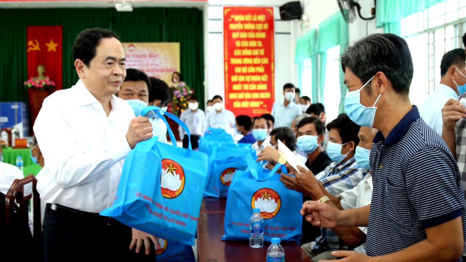 Chủ tịch UBTƯ Mặt trận Tổ quốc trao 500 suất quà Tết tại Cần Thơ