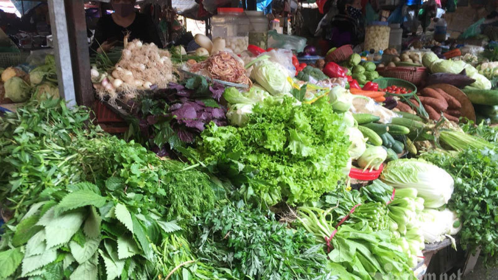 Giá rau xanh giảm mạnh, hoa trái Tết đại hạ giá vẫn ế ẩm