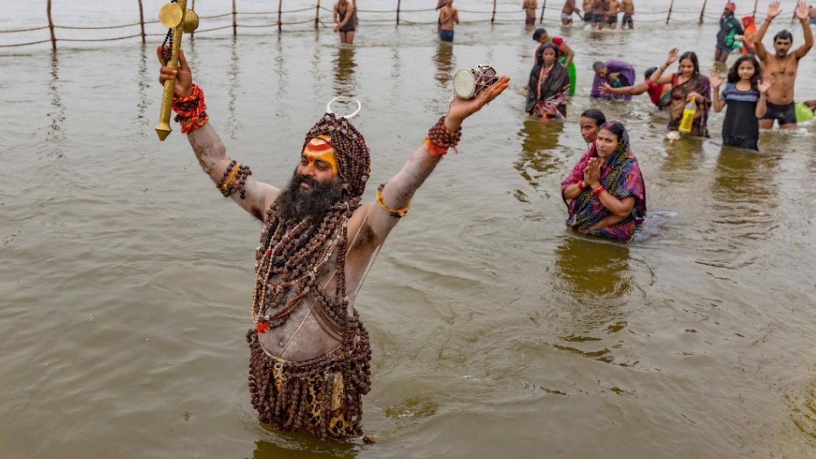 Bất chấp dịch bệnh Covid-19, hàng triệu tín đồ Ấn Độ giáo vẫn tham gia Lễ hội Tắm Phật