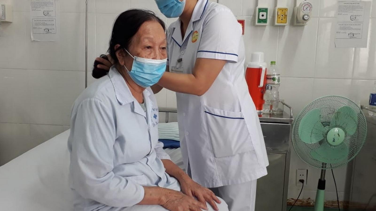 Bác sĩ tình nguyện ở lại bệnh viện đón Tết