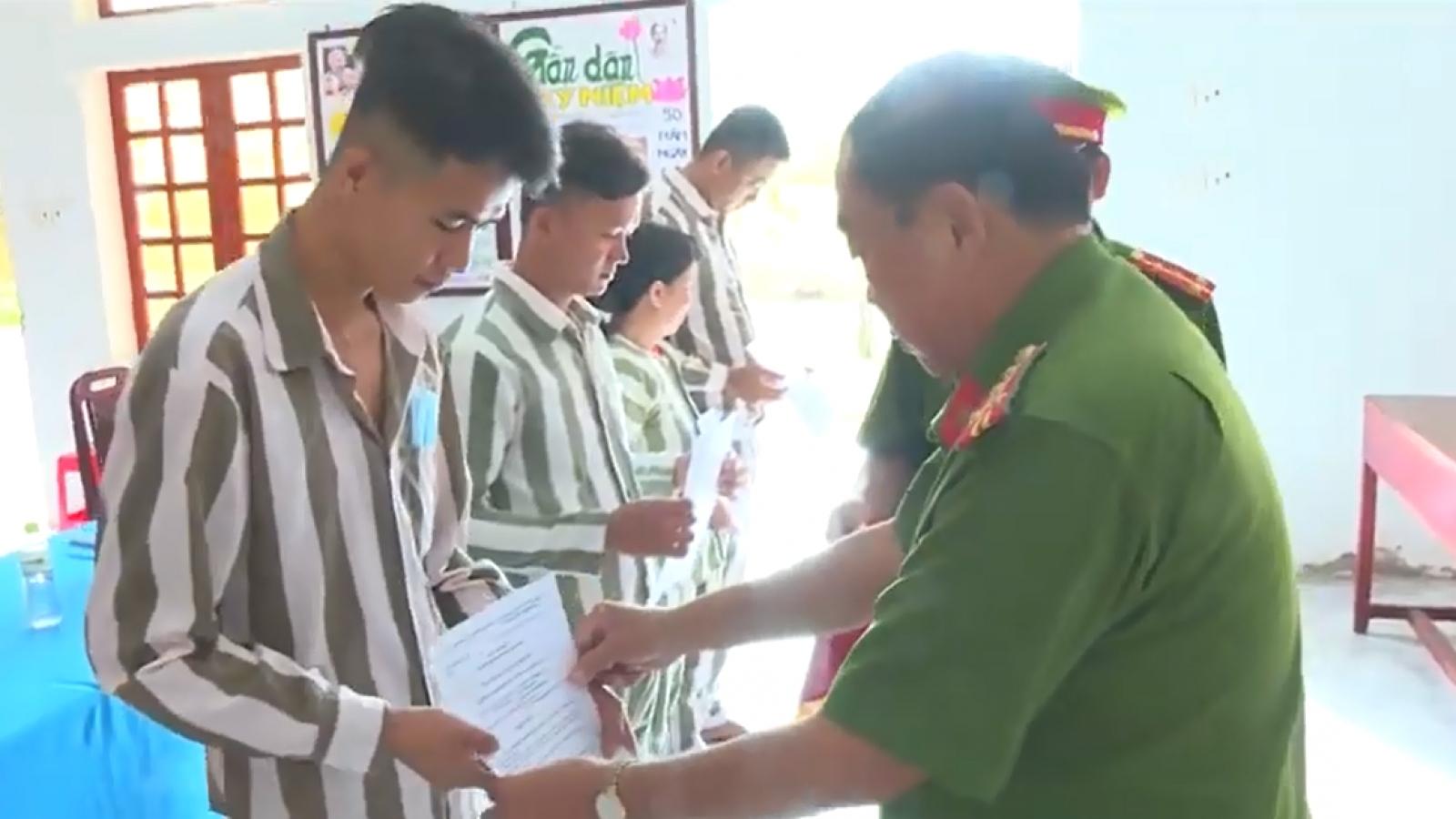 12 phạm nhân ở Vĩnh Longđược tha tù trước thời hạn