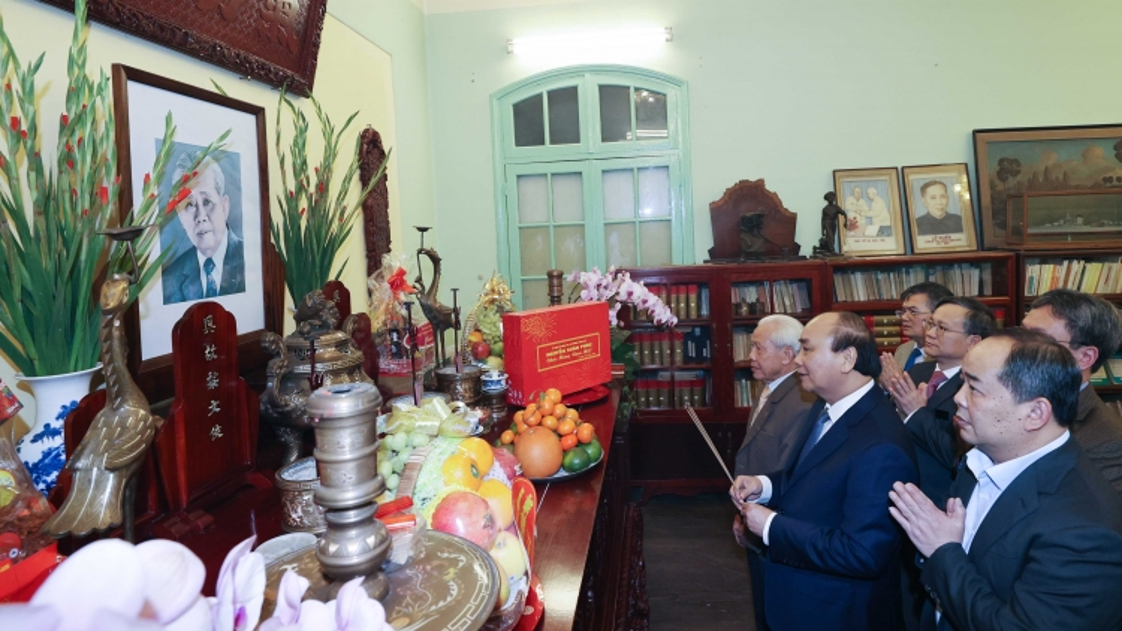 Thủ tướng dâng hương tưởng nhớ các lãnh đạo tiền bối của Đảng, Nhà nước