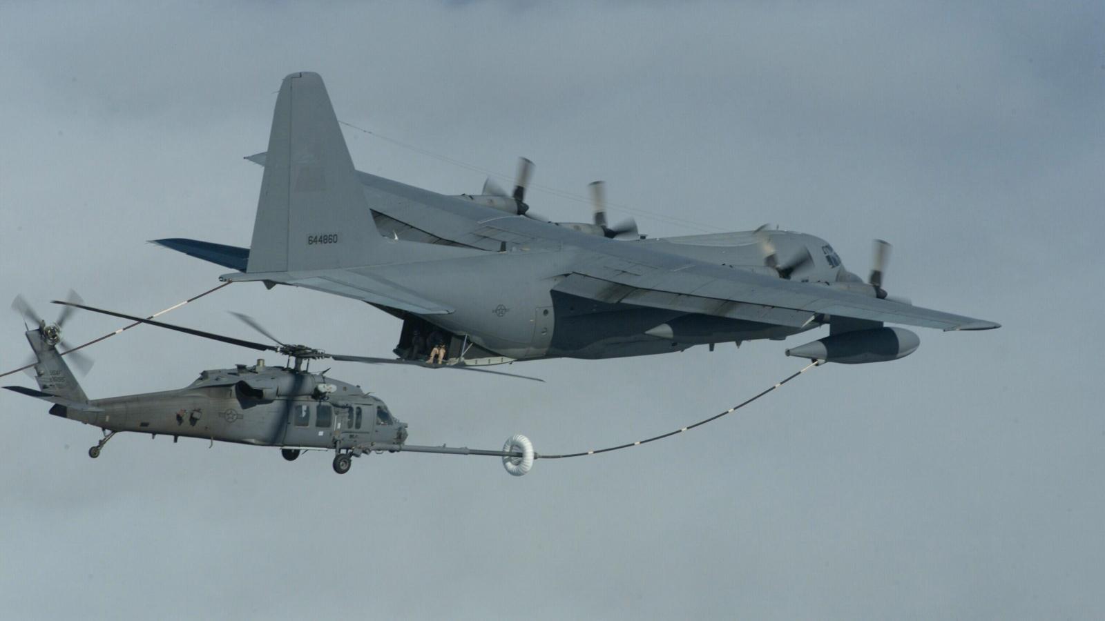 Cận cảnh màn tiếp nhiên liệu trên không cho trực thăng HH-60 của Không quân Mỹ