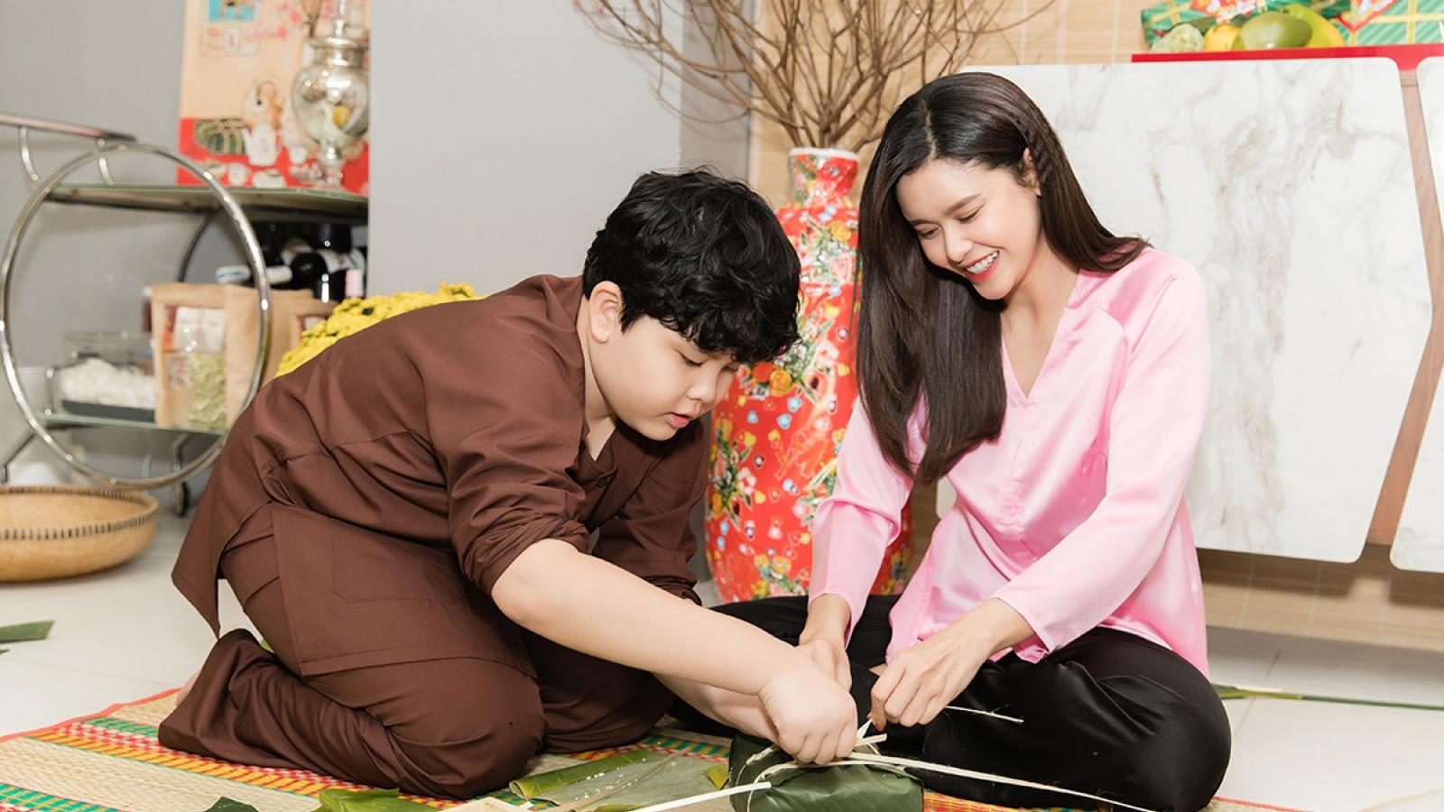Trương Quỳnh Anh lần đầu cùng con trai Sushi gói bánh chưng mừng Tết Nguyên đán