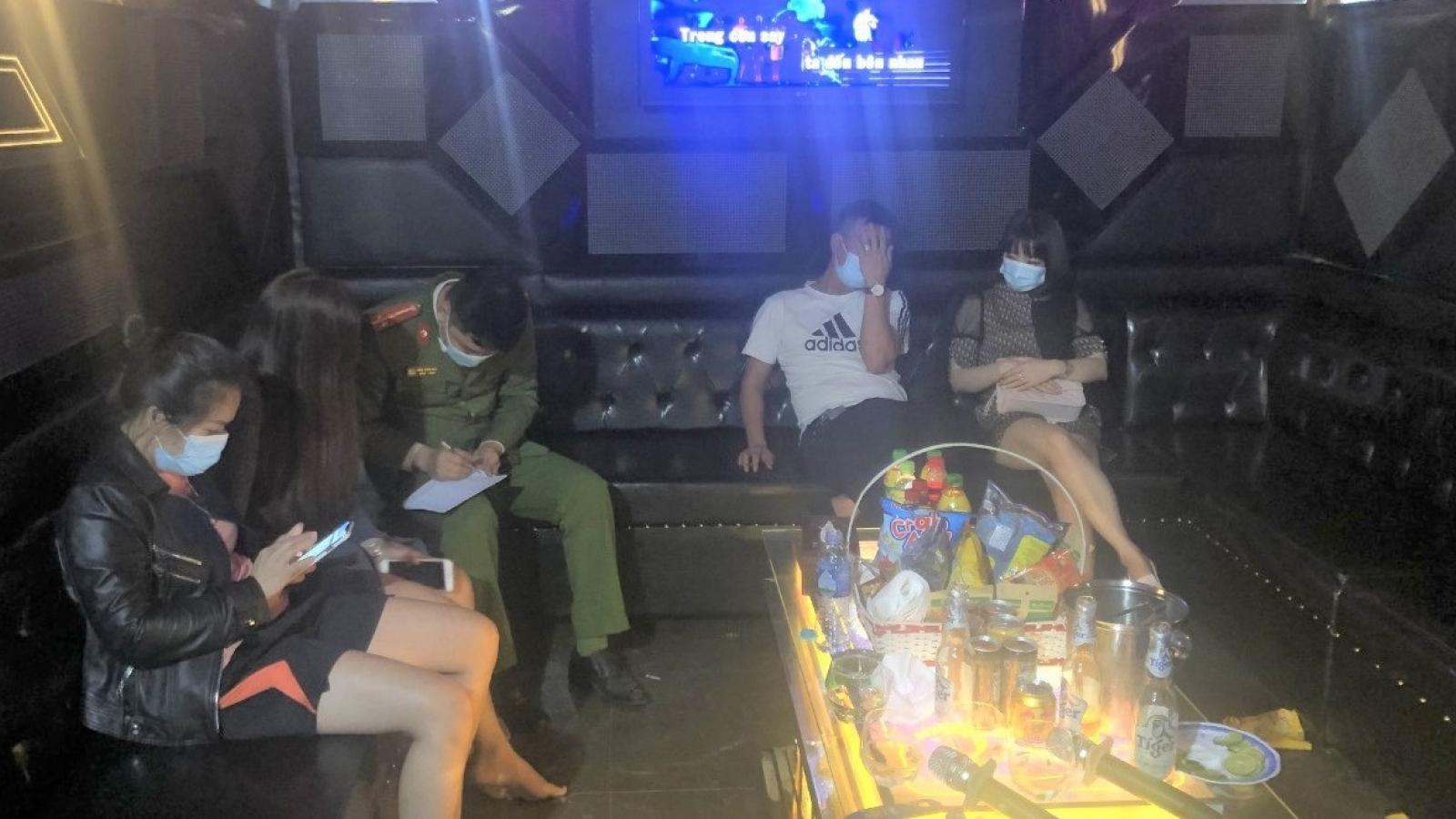 """Quán karaoke phớt lờ lệnh cấm, mở cửa cho khách cùng """"tay vịn"""" hát"""