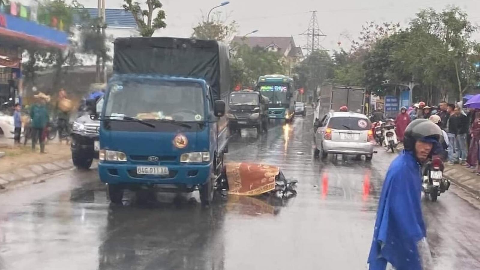 Xe máy va chạm với xe tải trước cổng bệnh viện, 2 thanh niên thương vong