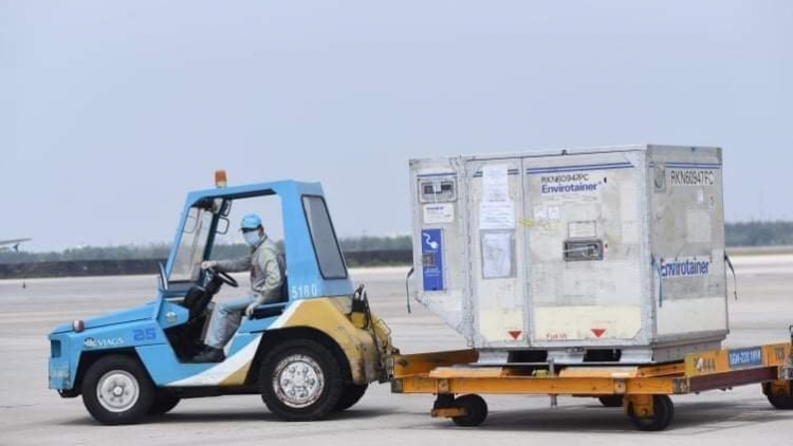 117.600 liều vaccine ngừa Covid-19 đầu tiên đã về đến sân bay Tân Sơn Nhất