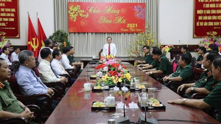 Front leader pays pre-Tet visit to Military Zone 9 High Command