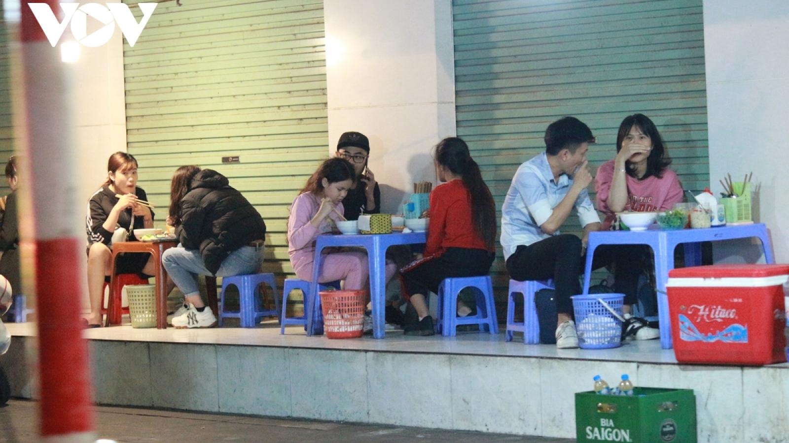 Quán trà đá, quán ăn vỉa hè ở Hà Nội ngang nhiên hoạt động: Chính quyền cơ sở có hay?