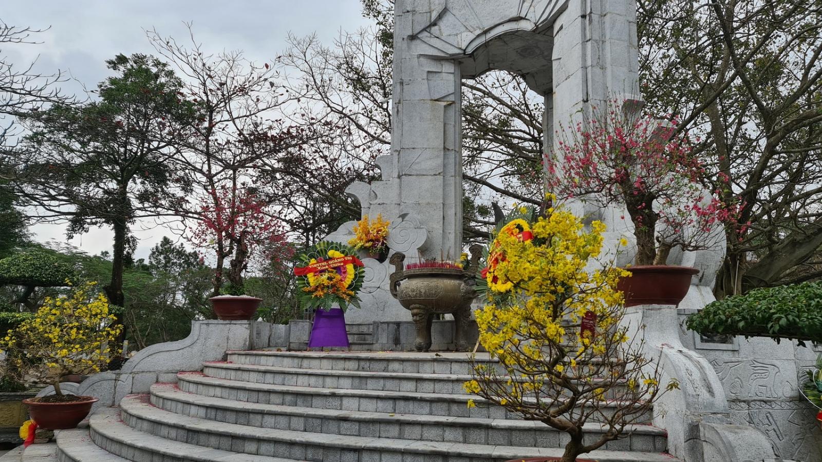 Chiều cuối năm viếng nghĩa trang liệt sĩ Quốc gia Trường Sơn