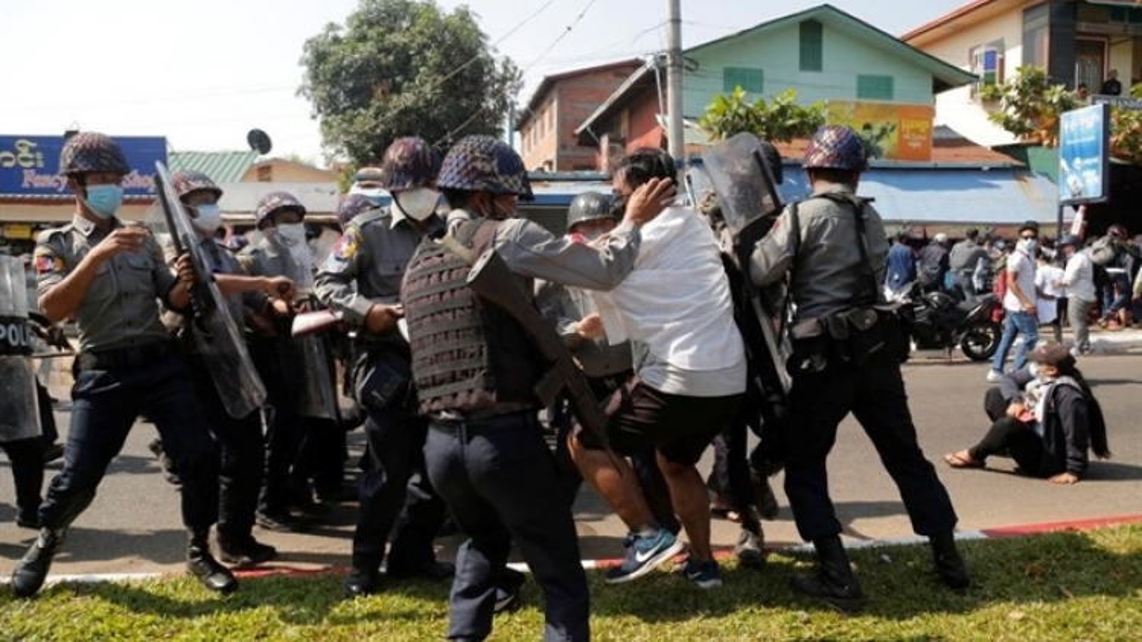 Số người chết sau chính biến Myanmar vượt 300