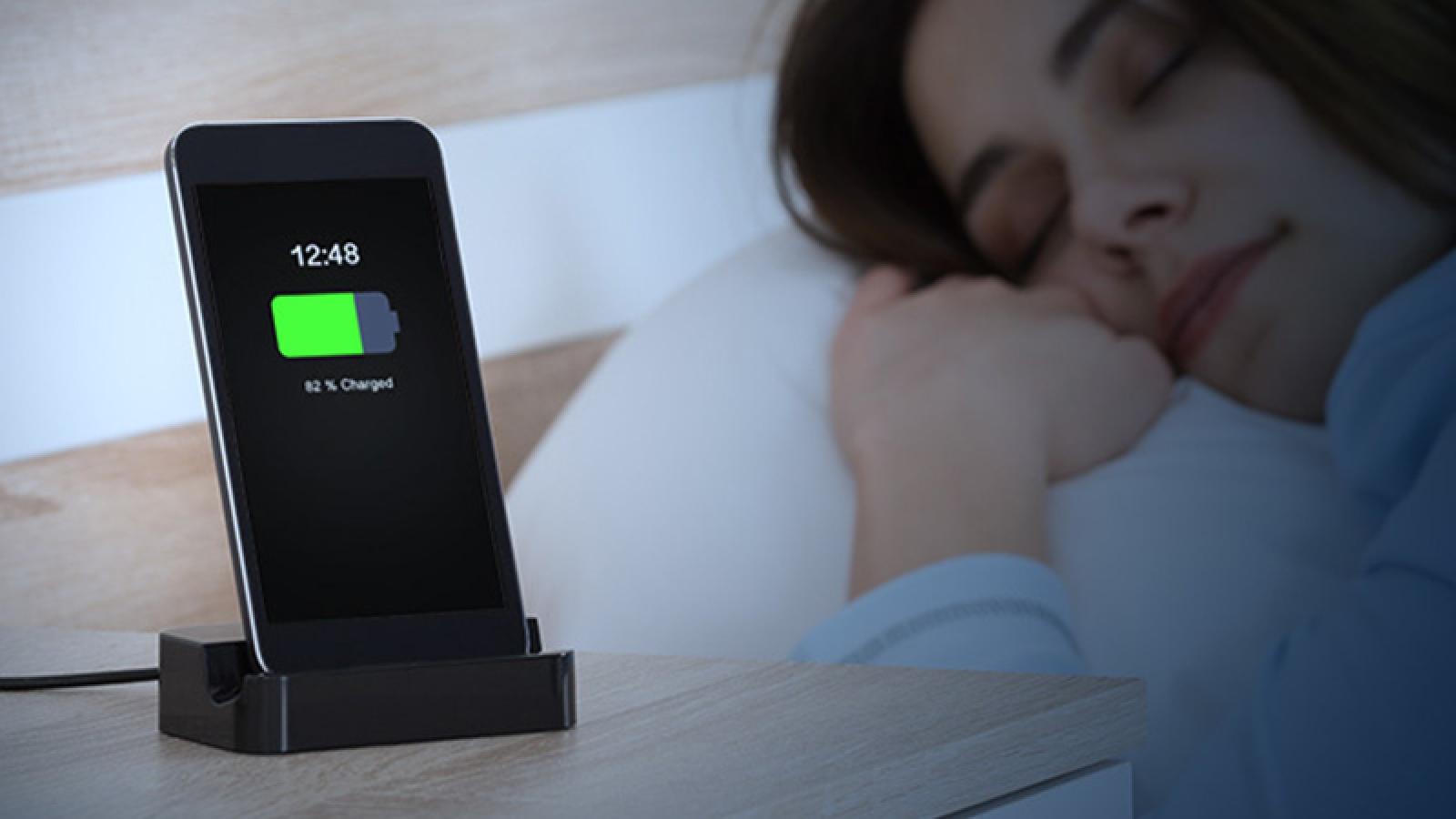 Có nên sạc pin smartphone qua đêm?