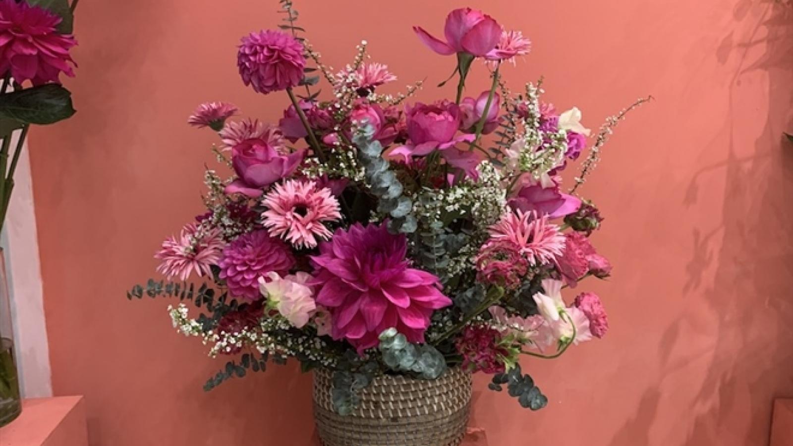 """Hà Nội sát ngày 8/3, hoa nội đắt gấp đôi, hoa ngoại giá """"trên trời"""" vẫn cháy hàng"""
