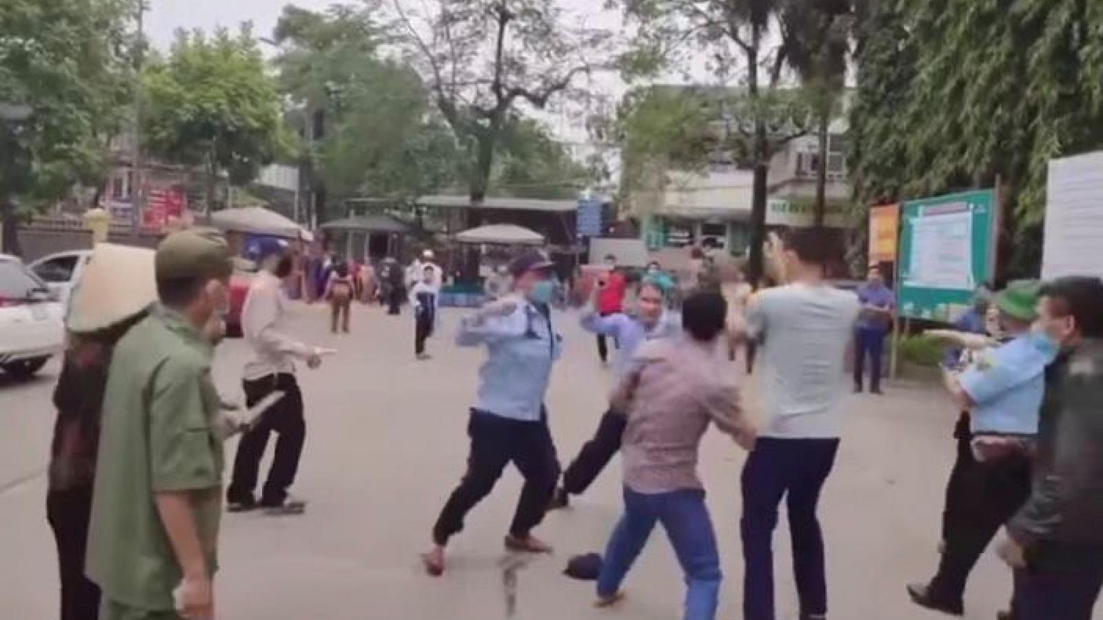 Làm rõ vụ xô xát giữa người nhà bệnh nhân và bảo vệ ở Bệnh viện ĐK Tuyên Quang