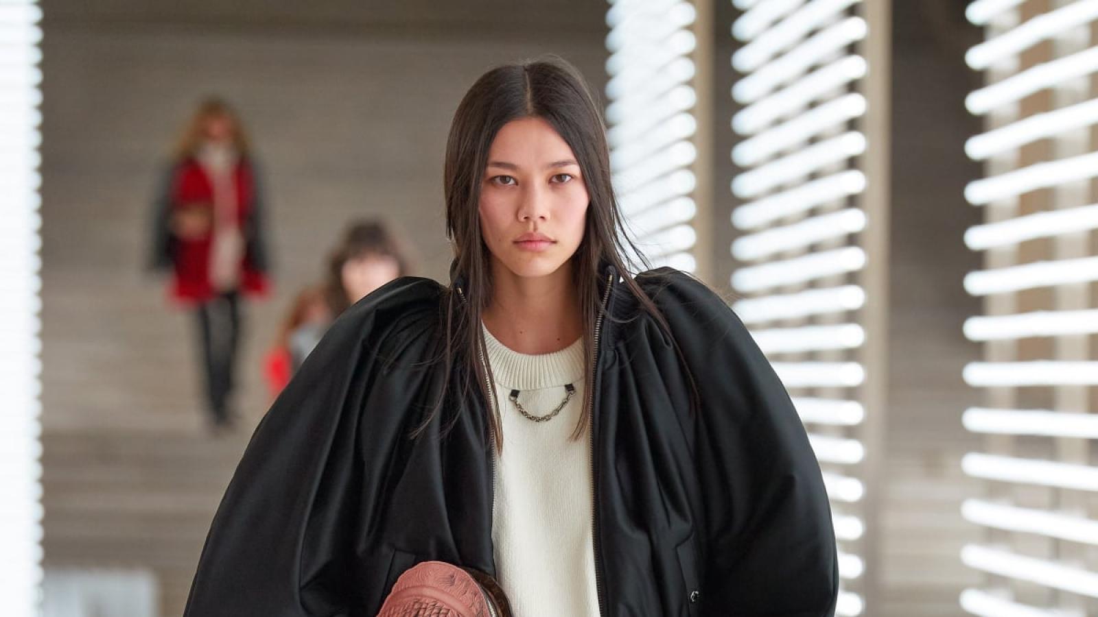 Người mẫu gốc Việt toả sáng trên sàn diễn Thu - Đông 2021 của Louis Vuitton