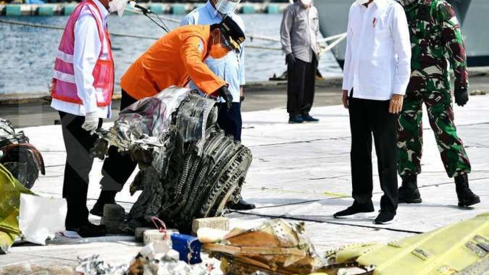 Indonesia tìm thấy phần còn lại của hộp đen máy bay rơi xuống biển