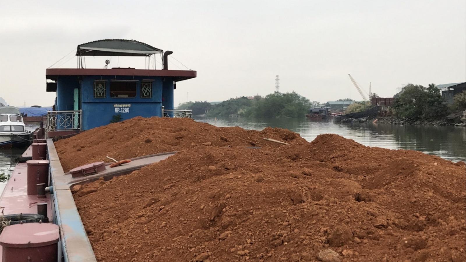 Bắt giữ 2 vụ vận chuyển cát và quặng đất không rõ nguồn gốc tại Quảng Ninh