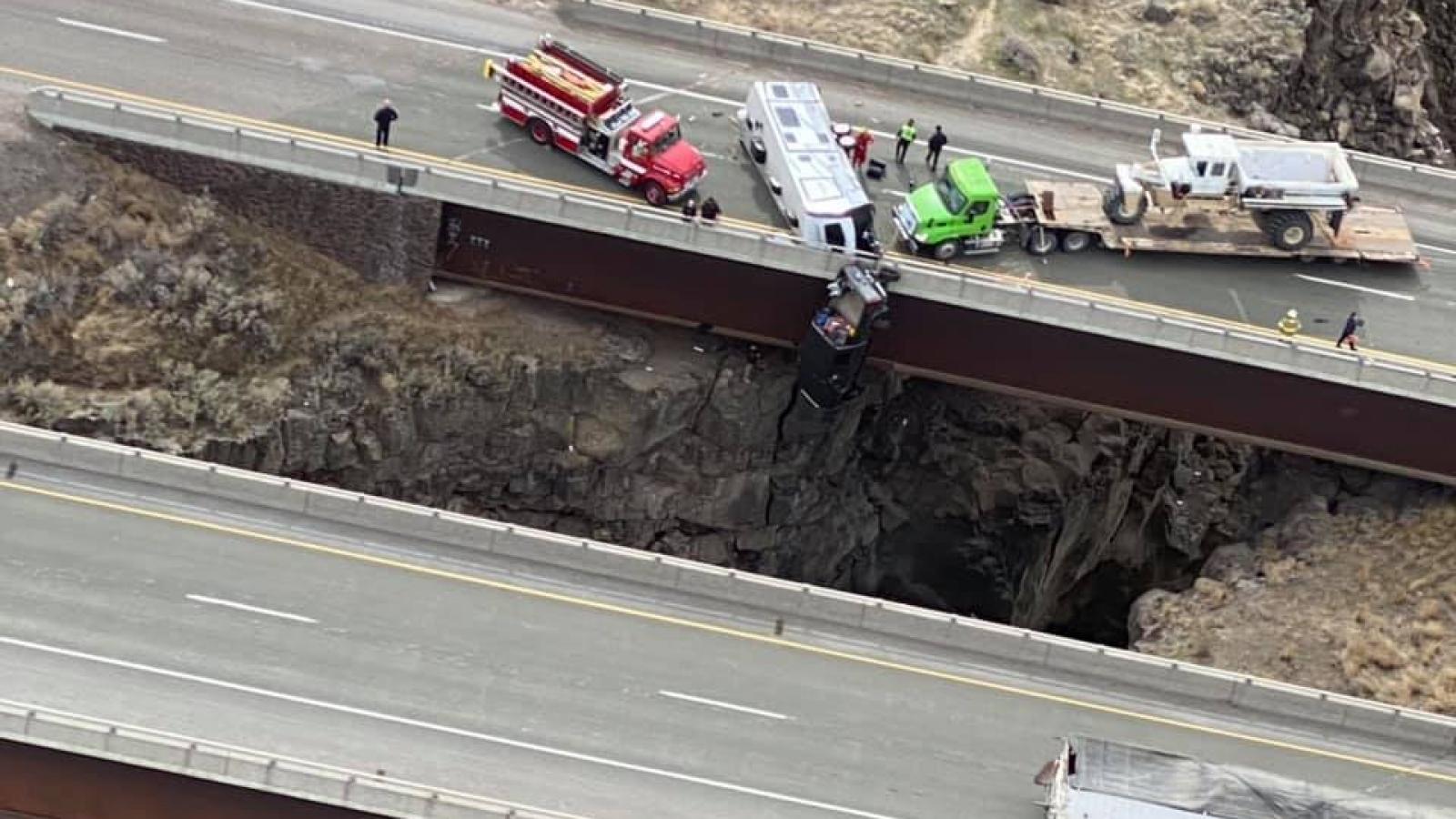Xe bán tải treo lở lửng ở vách núi do mất lái