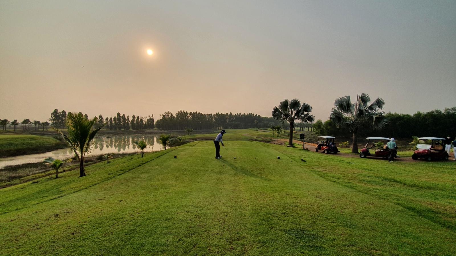 """2.200 USD để được """"cách ly và chơi golf"""" tại Thái Lan"""