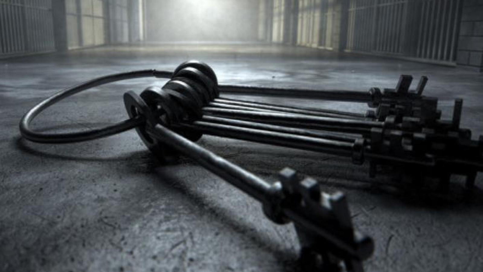 Khoe khóa phòng giam trên mạng, thực tập sinh khiến nhà tù phải thay khẩn cấp 600 ổ khóa