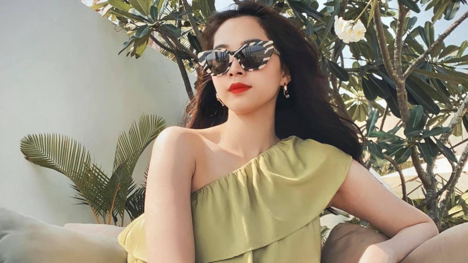 Chuyện showbiz: Hoa hậu Thu Thảo xinh đẹp khi đi biển cùng chồng con