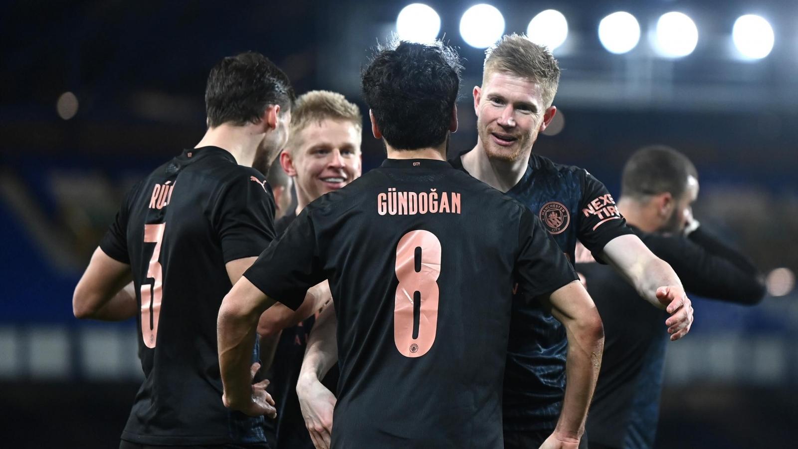 Bùng nổ những phút cuối, Man City vào bán kết FA Cup