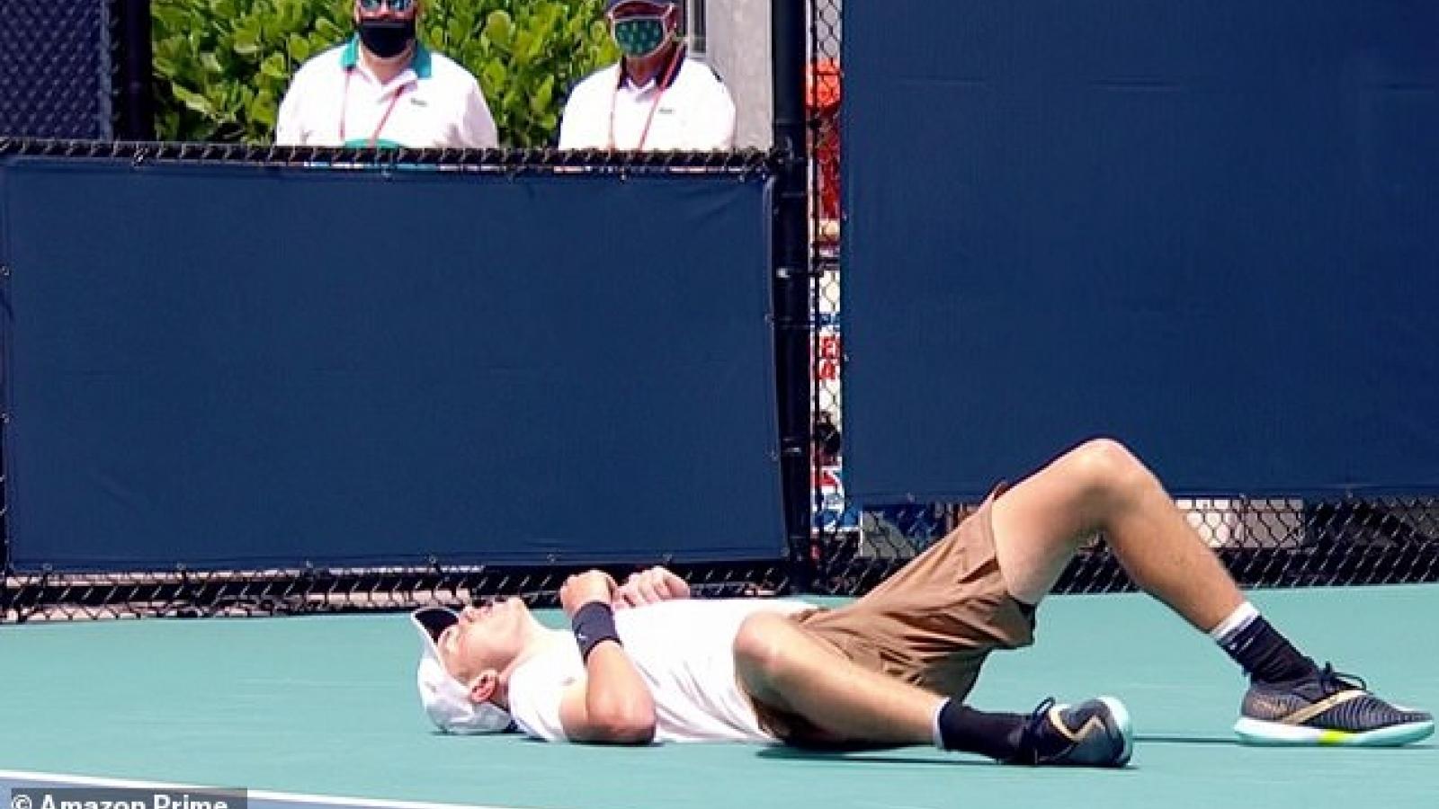 Đang thi đấu, tay vợt người Anh đổ gục vì nắng nóng