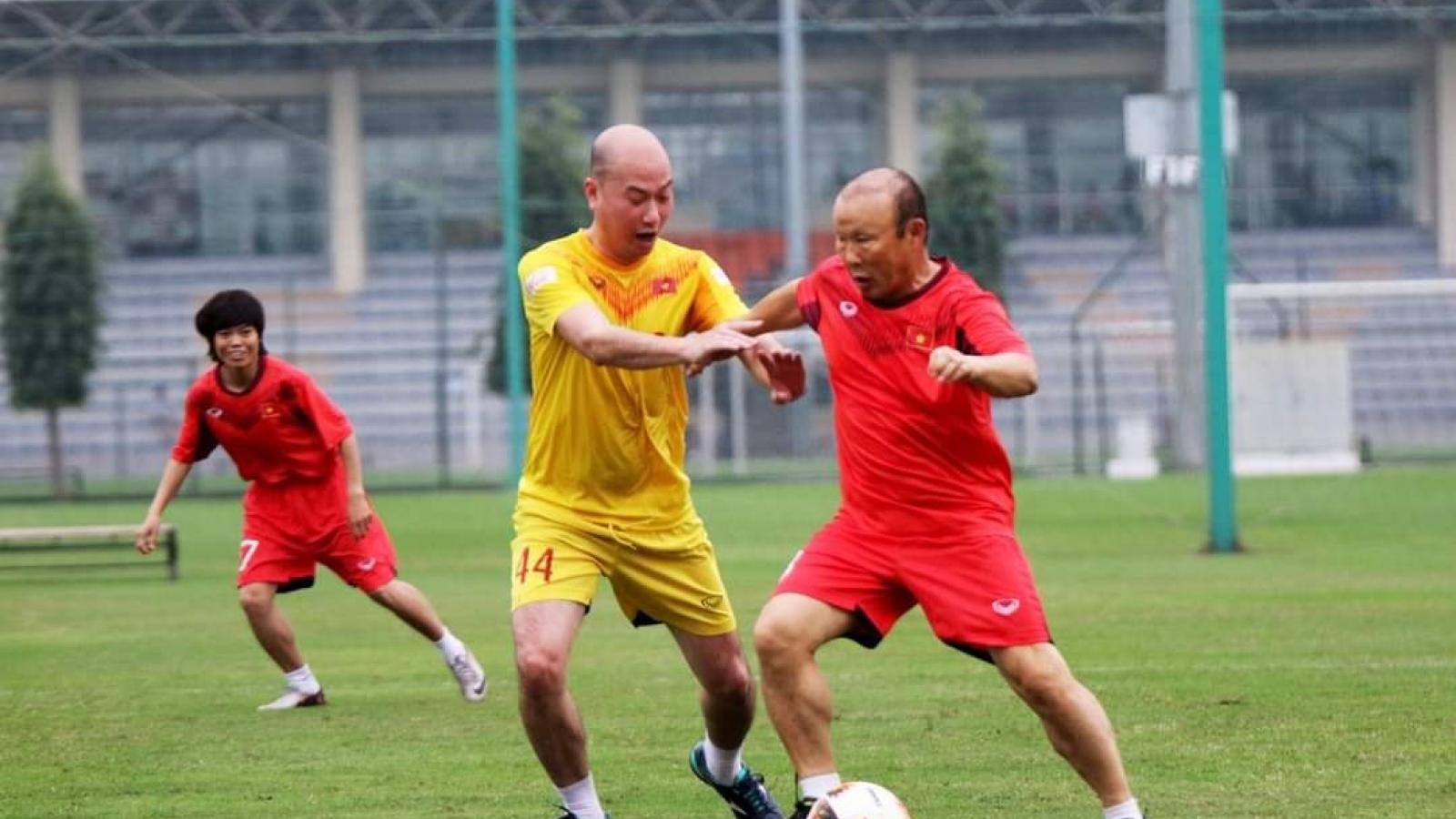 HLV Park Hang Seo trình diễn kỹ năng đá bóng chào mừng Ngày Thể thao Việt Nam